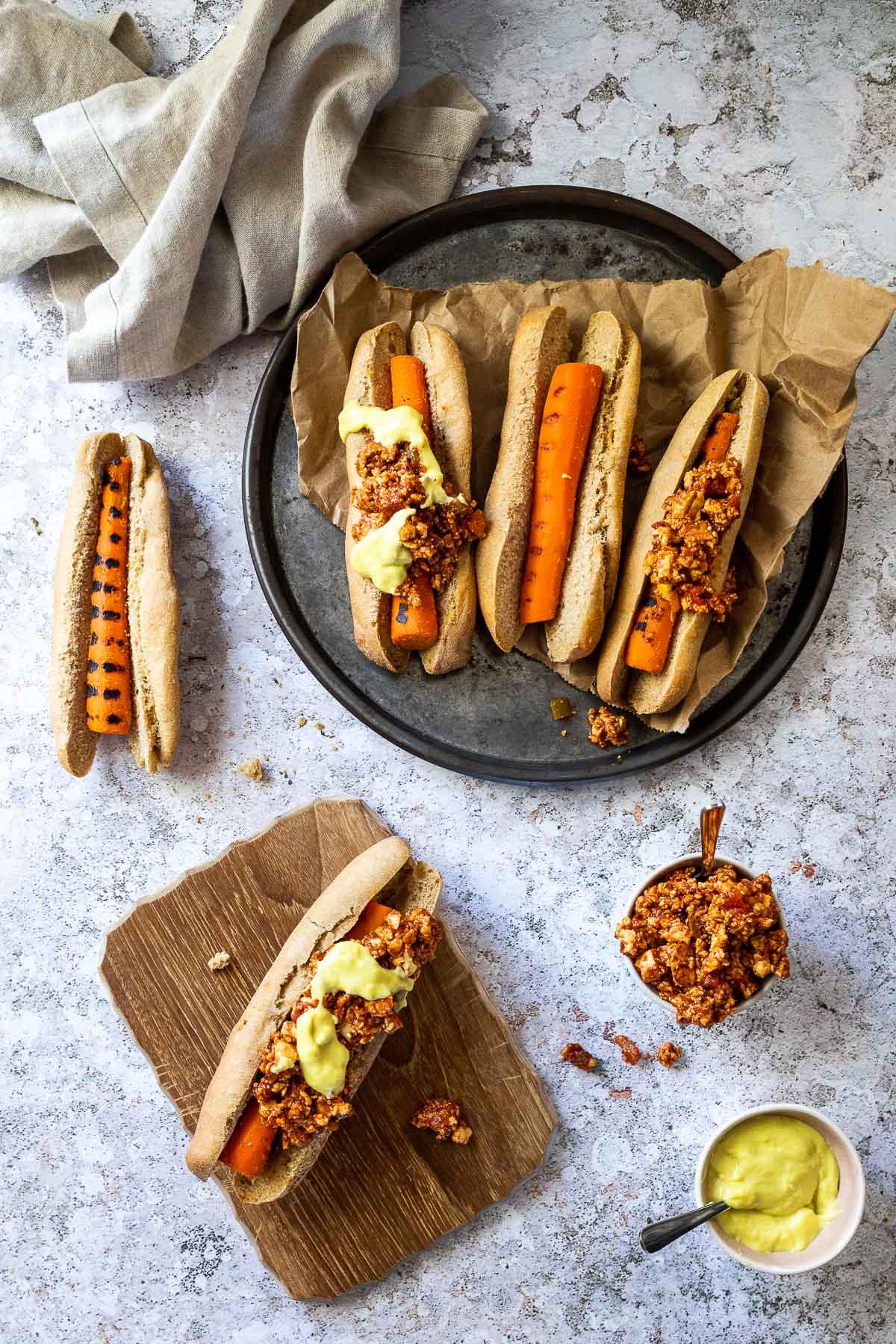 Vogelansicht von veganen Chili-Käse-Hot Dogs