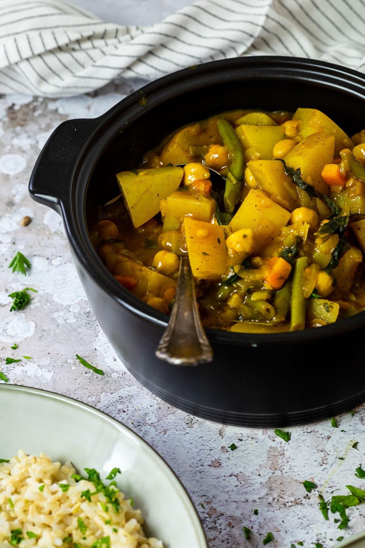 1 Topf mit Kartoffelcurry gefüllt