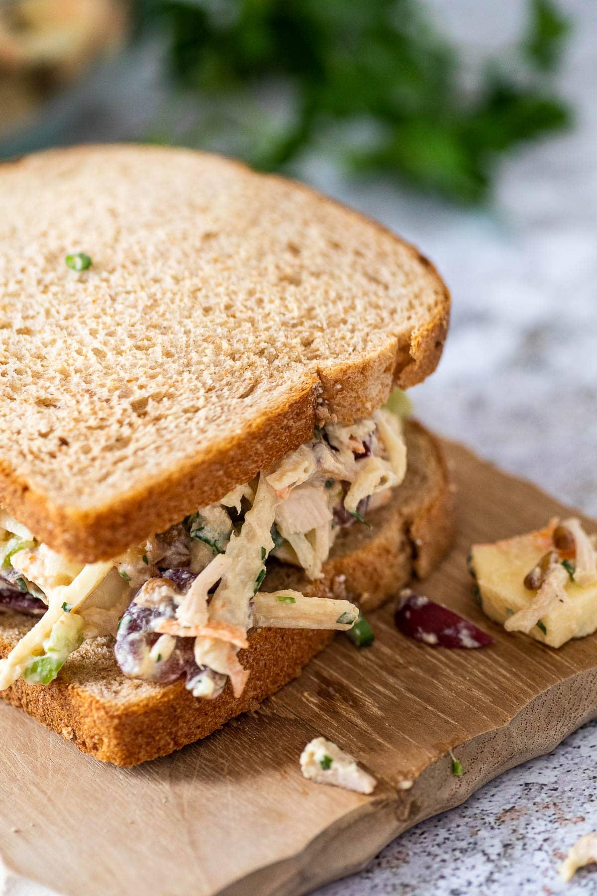 Nahaufnahme von dem veganen Hühnersalat Sandwich