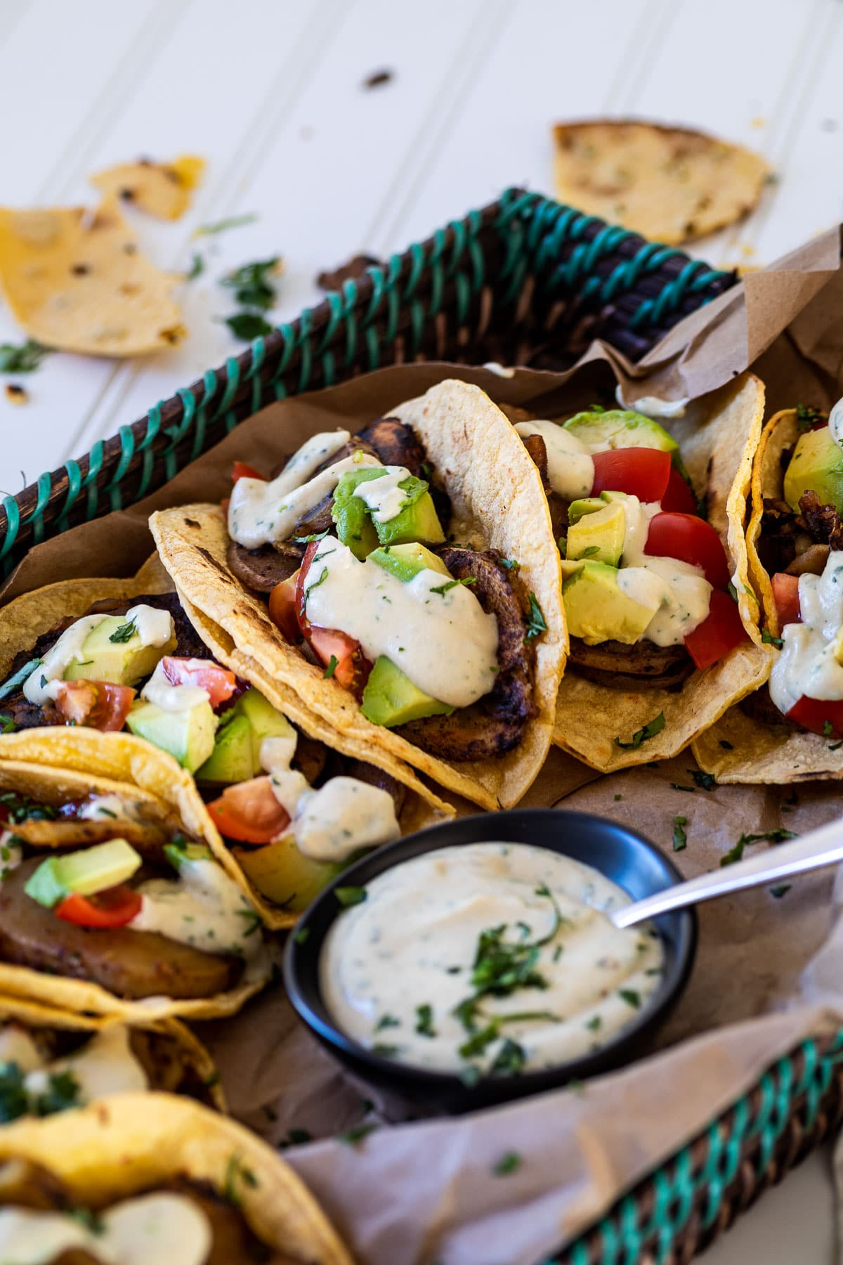 Kartoffel tacos und Knoblauch Soßen Schälchen serviert auf einem Tablette